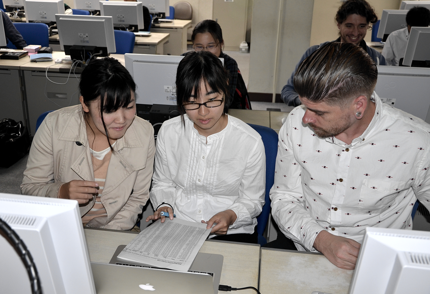 Ryan Shannon assisting two students from Kagoshima University select pulsars for their observation.
