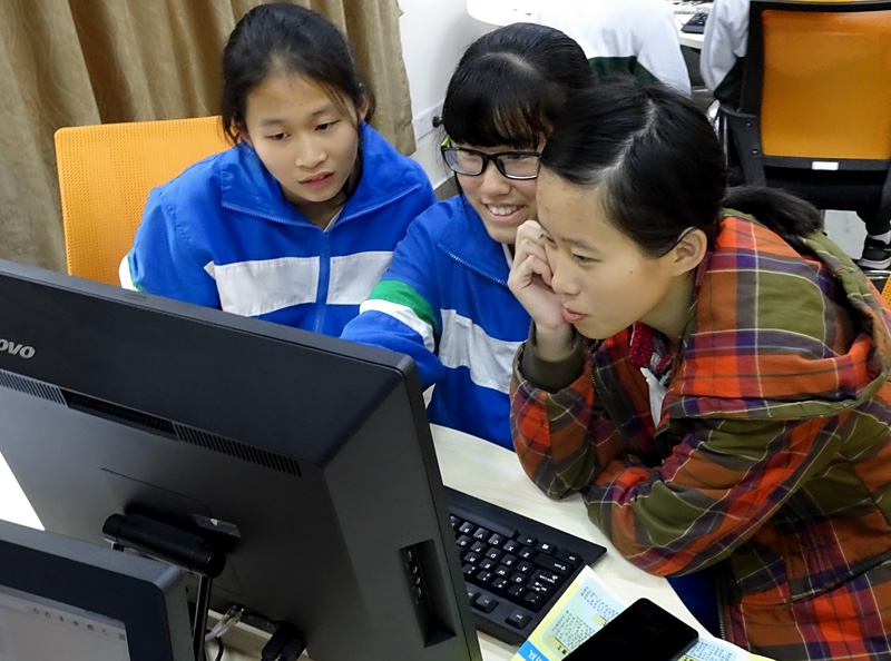 High school students analysing their pulsar data in Guangzhou during a PULSE@Parkes observing session.