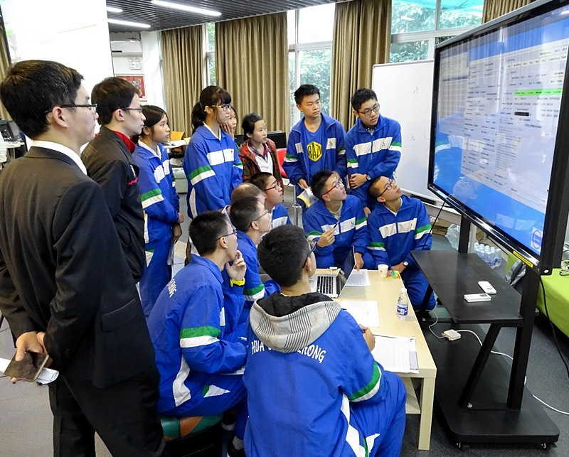 High school students controlling the Parkes radio telescope from Guangzhou during a PULSE@Parkes observing session.