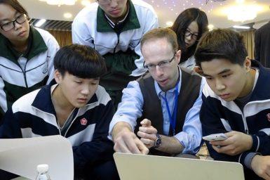 Dr Matthew Kerr explaining pulsar observing to Guangzhou students.