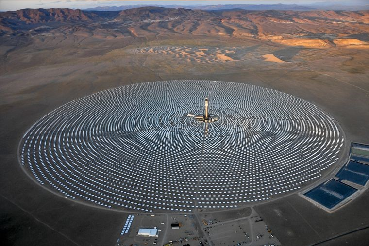 SolarReserve's whopping Crescent Dunes Solar Energy Project in Nevada, US uses over 10,000 heliostats (mirrors) to concentrate sunlight, then collected in a central tower. The heat is then stored in molten salt. Image: