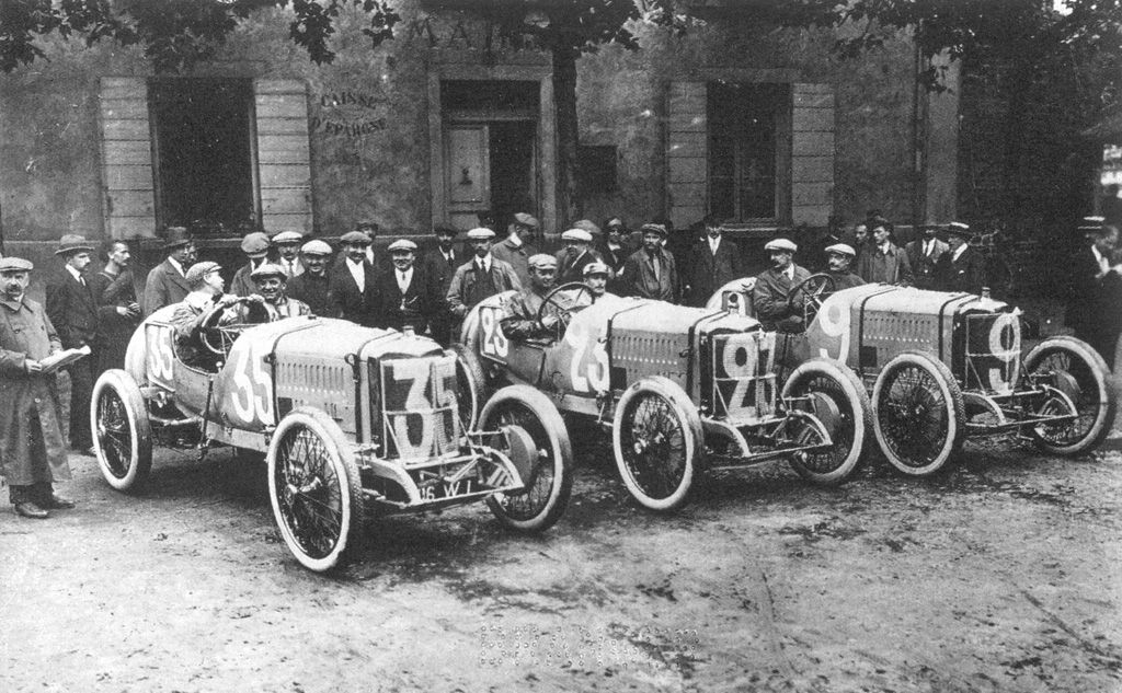 Vehicles lined up for the 1914 Grand prix