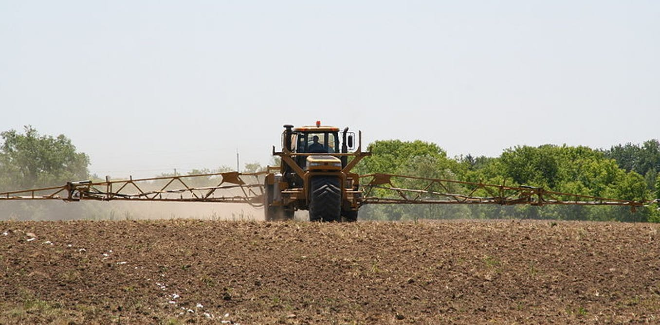 Fertilising tractor driving over a field